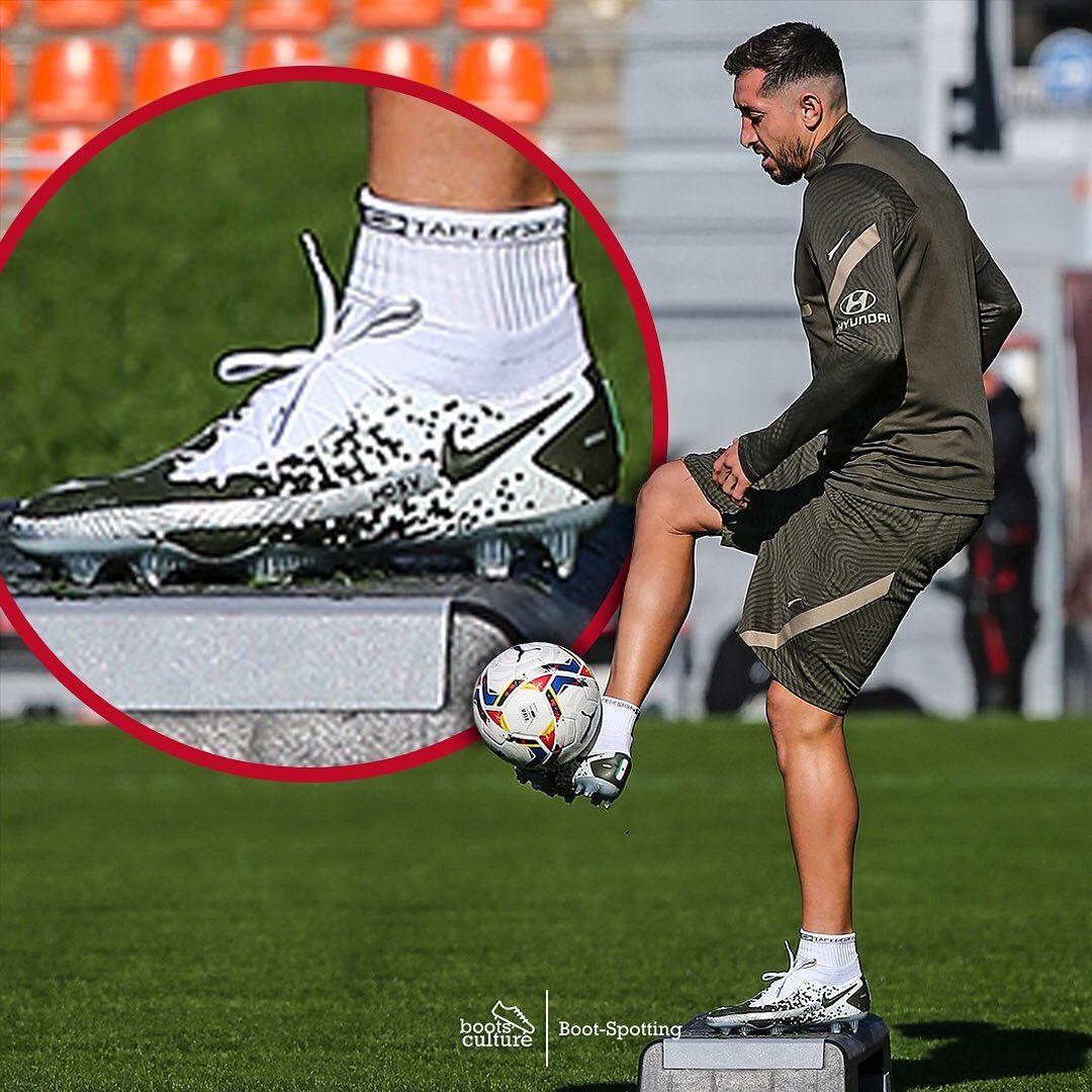Héctor Herrera Football Boots